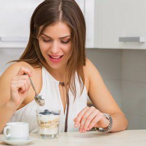 Haferflocken aus dem Flocker mit Joghurt und Blaubeeren - Kornquetsche oder Getreidequetsche